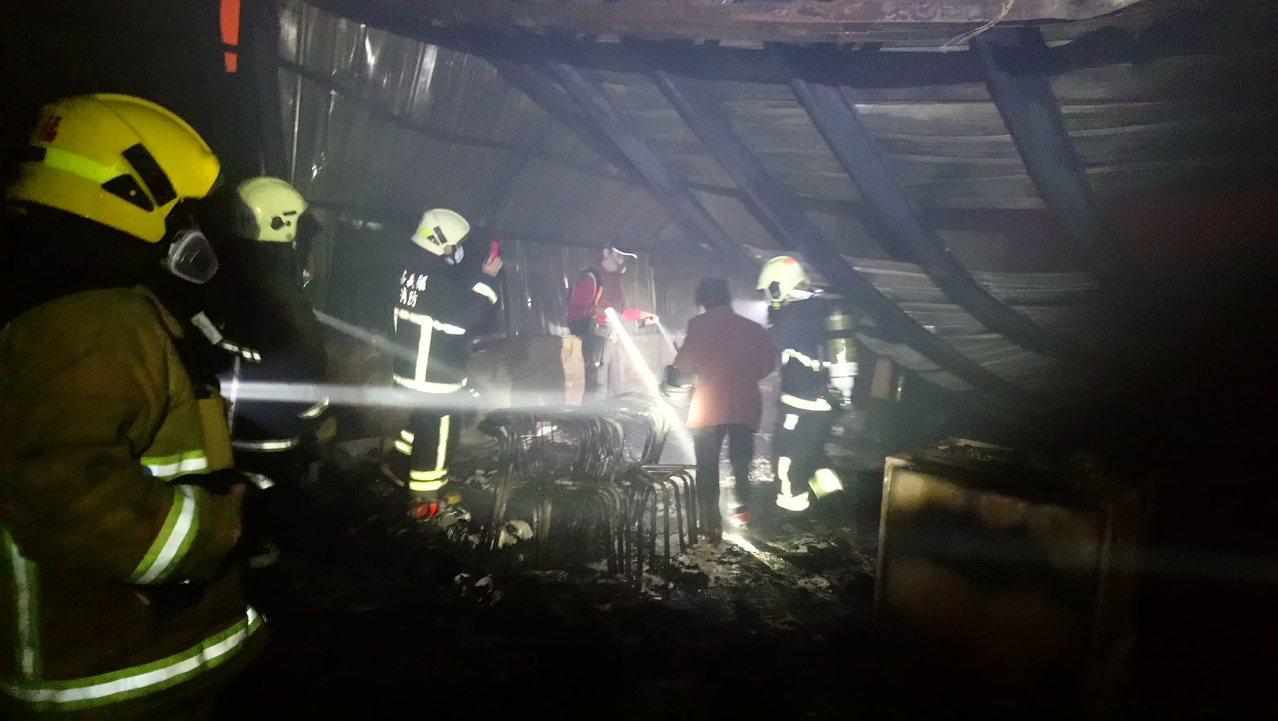 消防員帶家屬進入現場, 確認死者身份。記者卜敏正/攝影