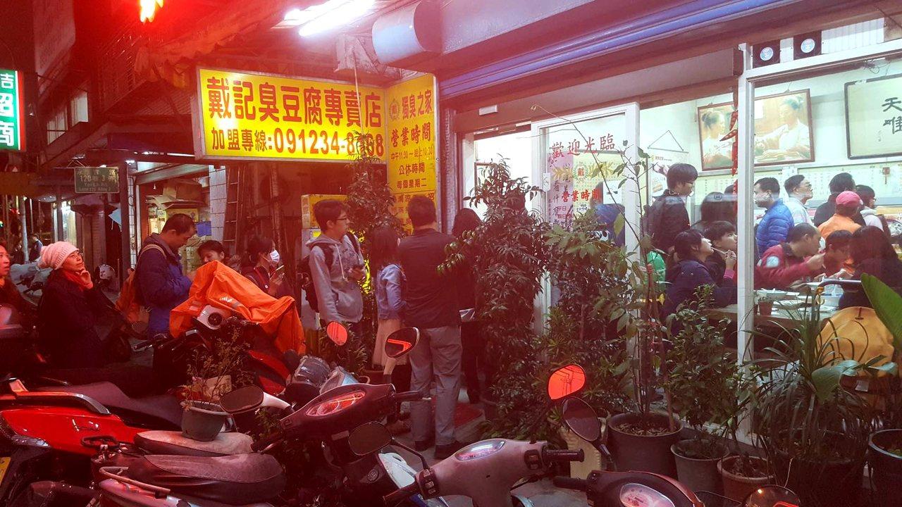 晚餐時段的店面內,擠滿了用餐與排隊人潮。記者陳睿中/攝影