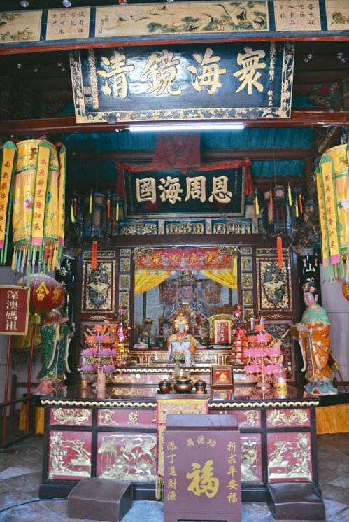 總鎮府附近的媽祖廟與總鎮府同壽,主殿上有時任總兵致贈的牌匾。 記者樊德平/攝影
