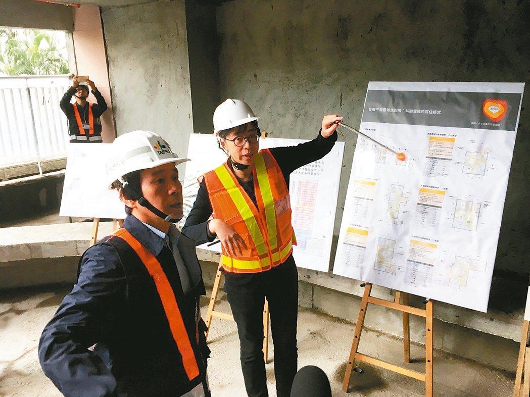 北市副市長林欽榮(左)昨前往興隆公共住宅2區視察,強調明年6月全部到位。 記者張...