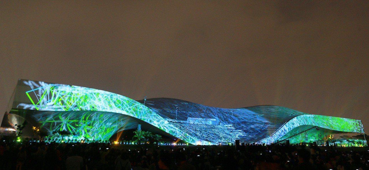 衛武營「影音光雕的狂想」光雕秀,以衛武營外牆長228米、高36米建物,打造亞洲最...