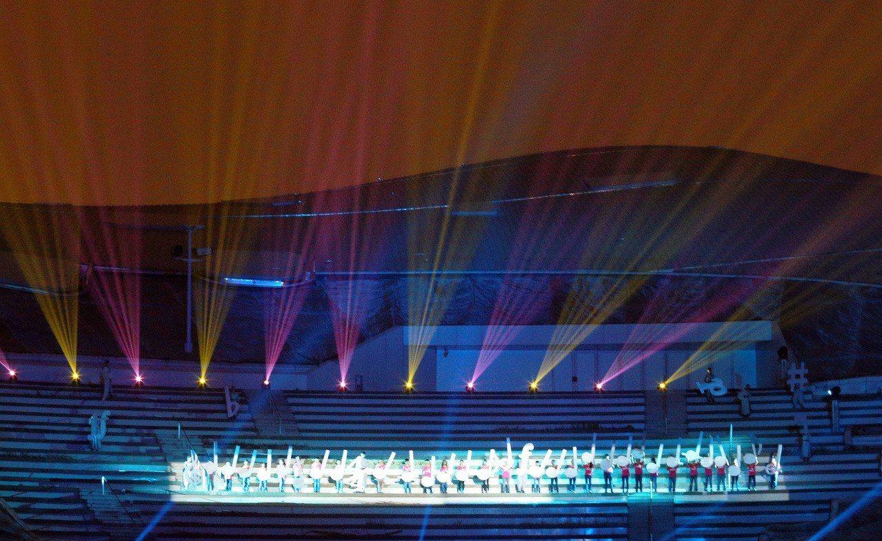 衛武營中心透過光影投射,呈現豐富的音樂意象。 記者劉學聖/攝影