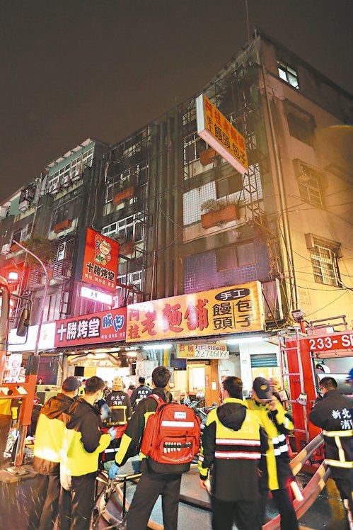 新北市中和區興南路二段一棟五層樓公寓,今晚八時四樓發生火警,目前已九死二傷。 記...