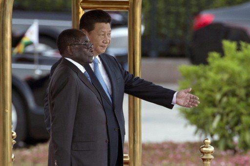 大陸國家主席習近平(右)2014年8月25日在北京歡迎來訪的辛巴威總統穆加比(左...