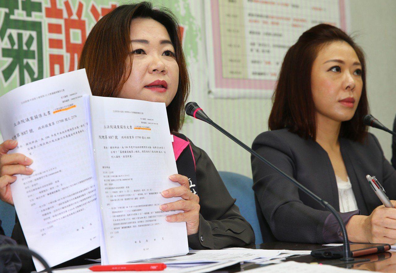 國防部公布懲處名單,國民黨立委馬文君(左)說,看這種懲處的強度,就知道是代罪羔羊...