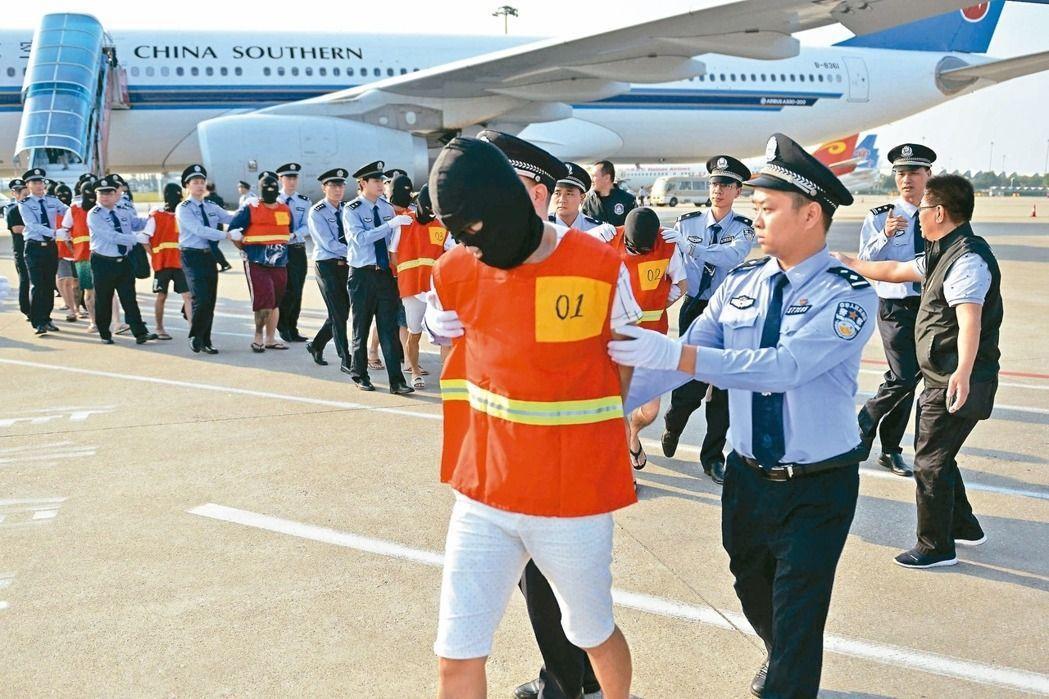 大陸10月28日自柬埔寨押解六十一名電信詐騙案嫌犯(其中十九名台籍)降落廣州。 ...