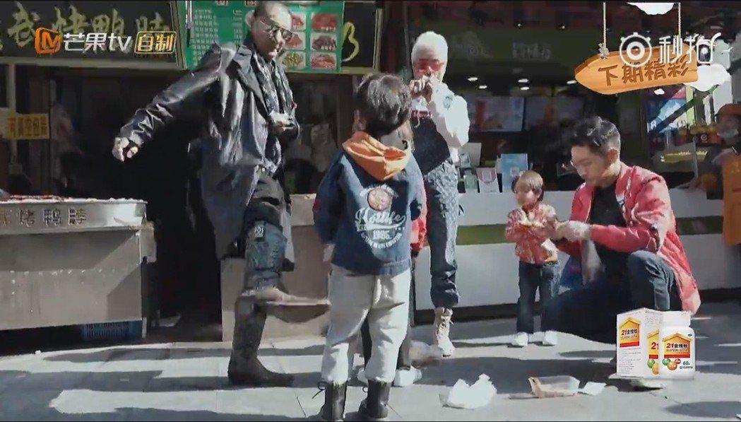 謝賢在節目上動腳踢5歲小孩。圖/摘自微博