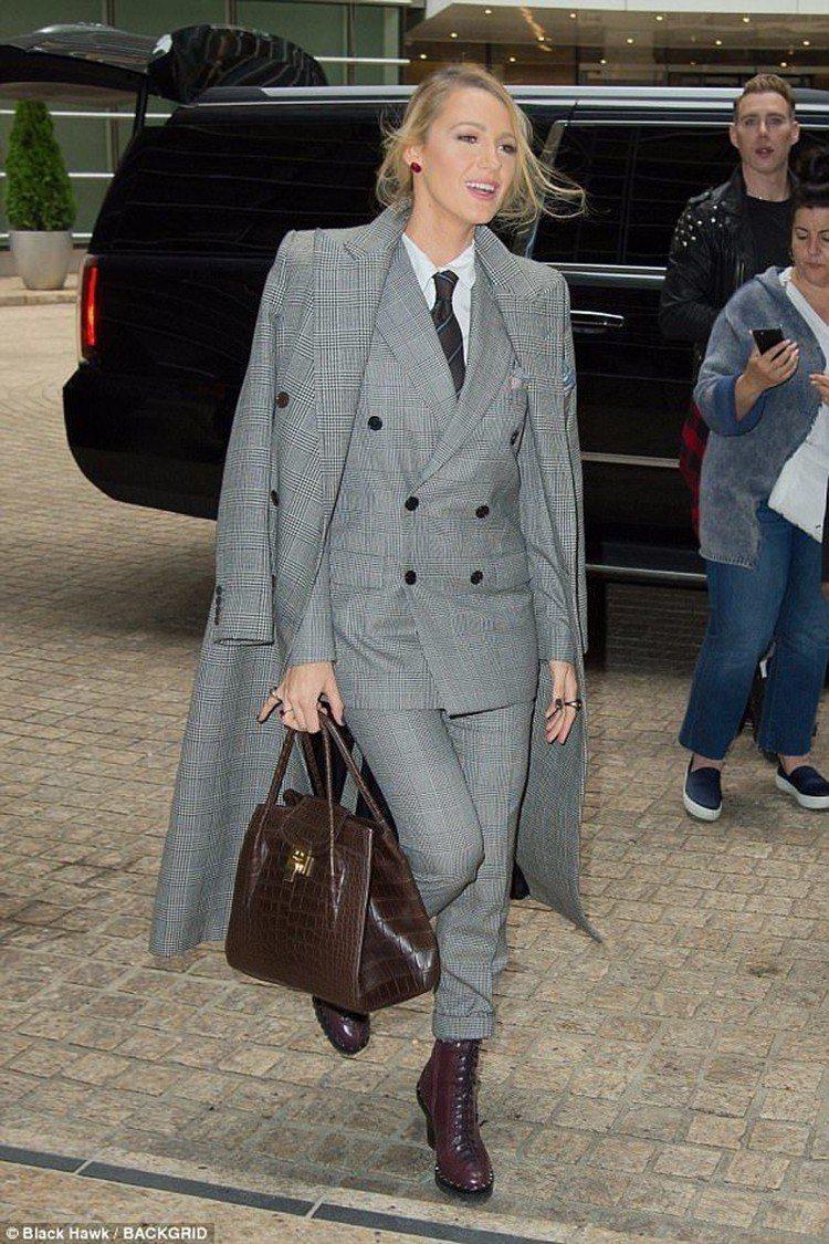 布蕾克萊佛莉以格紋搭襯Bancroft包,展現精湛的中性復古風。圖/MICHAE...