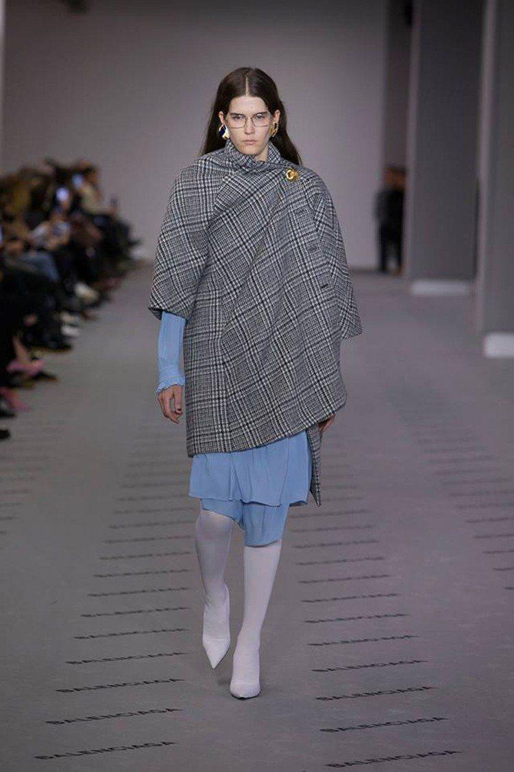 Balenciaga秋冬推出許多灰色格紋不對稱單品。圖/Balenciaga提供