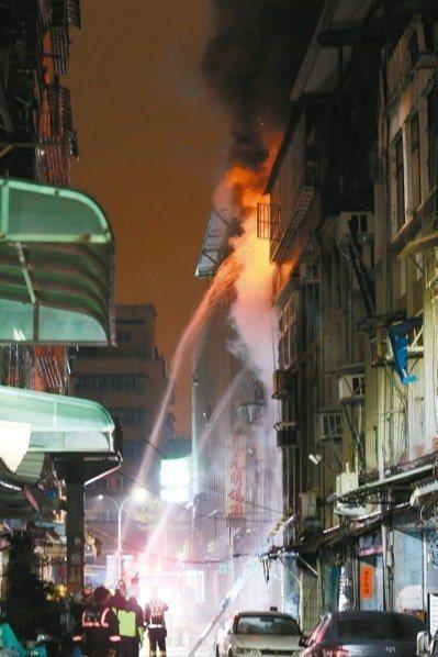 新北市三重區六張街大火,奪走6條人命。本報資料照片