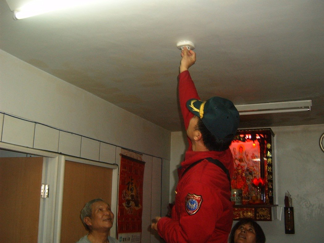 台北市消防局辦理宣導活動,推動民眾安裝住警器,可發出警報聲讓住戶在火災時及早逃生...