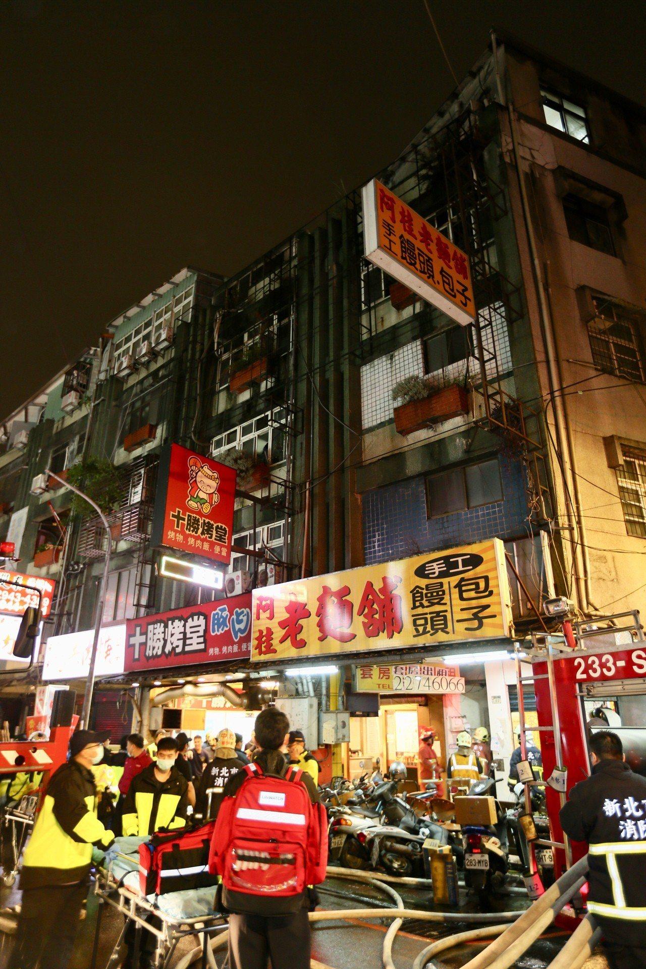 新北市中和區興南路二段公寓,22日晚間八點半傳出火警,釀重大傷亡。 聯合報記者陳...