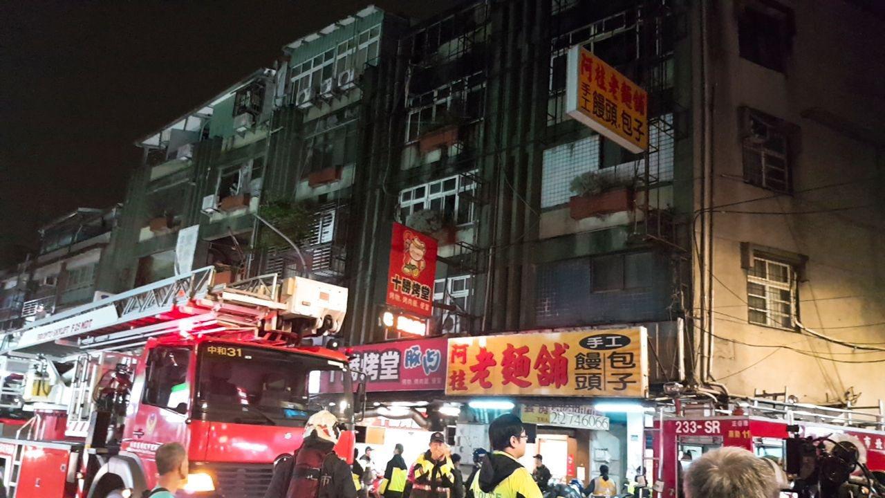 新北市中和區一處出租套房22日晚間發生火警,造成9死2傷的慘劇。 中央社(民眾提...