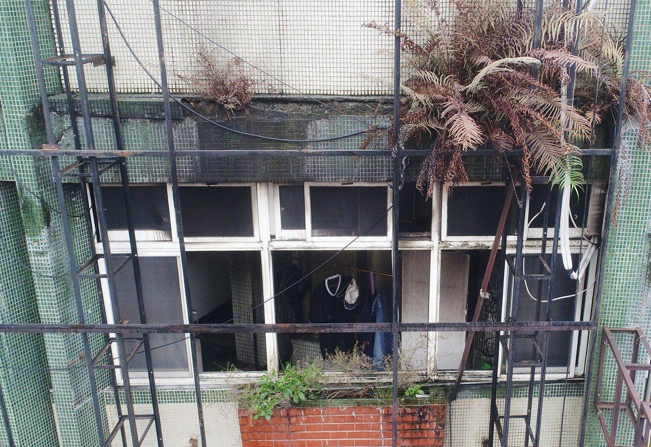 新北市中和區興南路二段火警造成9死2輕傷, 現場是老式建築頂樓鐵皮加蓋。記者杜建...