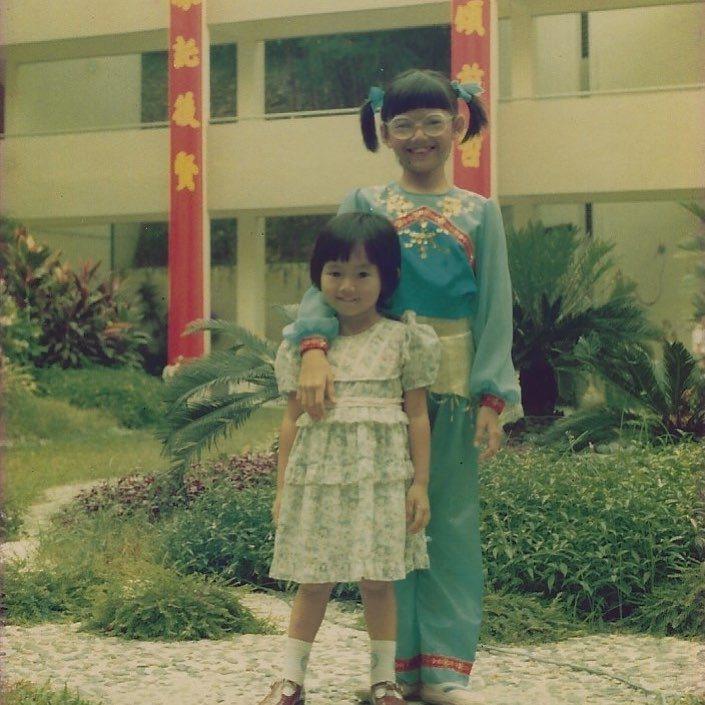 孫燕姿(右)小時候與妹妹的合照。 圖/擷自孫燕姿IG