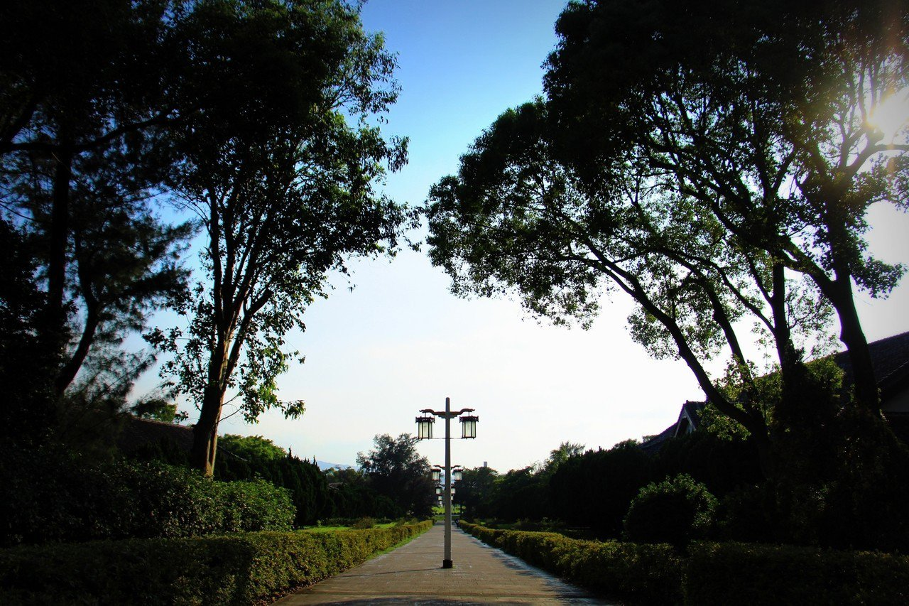 比鄰於淡水繁榮熱鬧的老街,淡江大學有一種鬧中取靜的校園風貌。圖/財團法人高等教育...