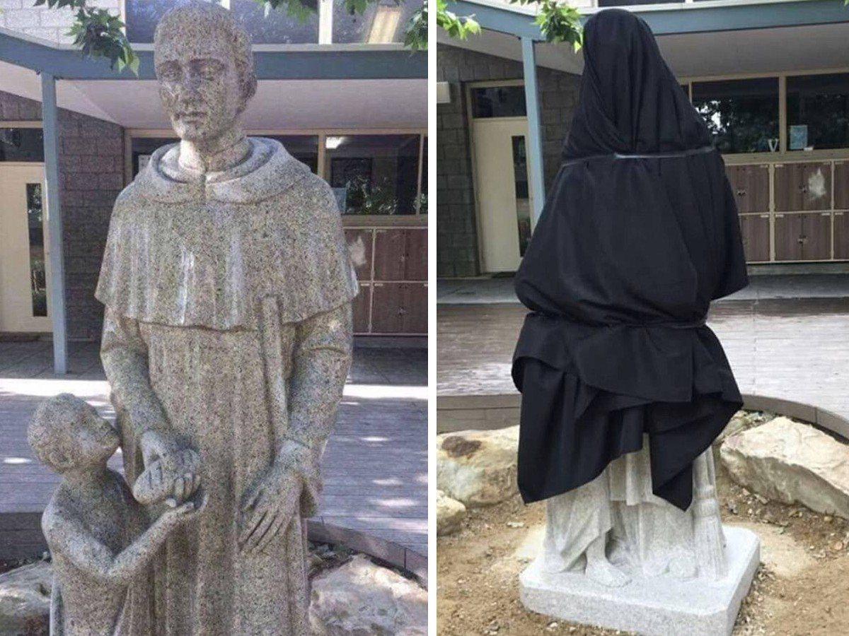 澳洲天主教學校的聖人雕像「聖馬丁給兒童麵包」,被有心人士解讀成不雅動作。 圖/擷...