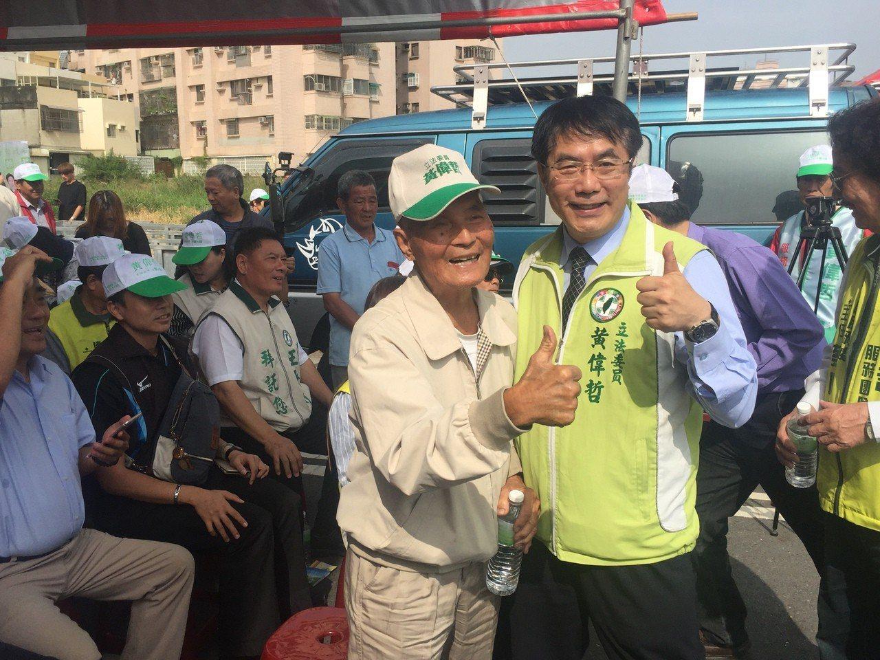 台南市長參選人黃偉哲(右)遭自稱是助理的網友控訴,指黃偉哲會將助理原本要吃的便當...