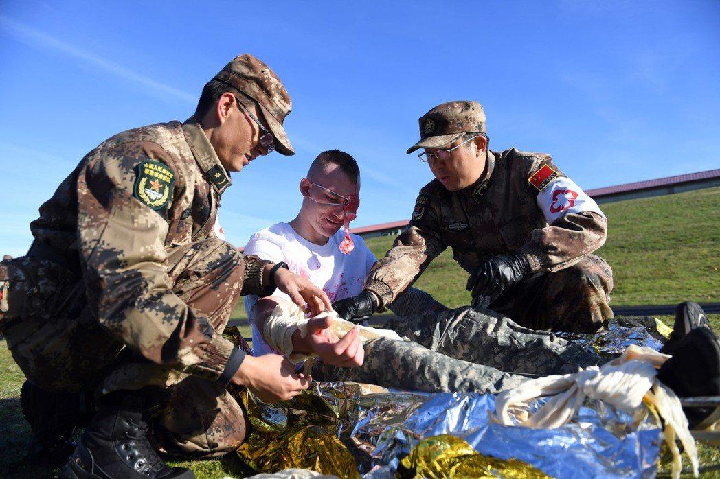 美中兩軍參演人員一同救治「傷兵」。 新華社