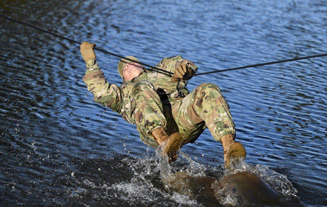 一名美軍士兵參加單繩橋救援演練。 新華社