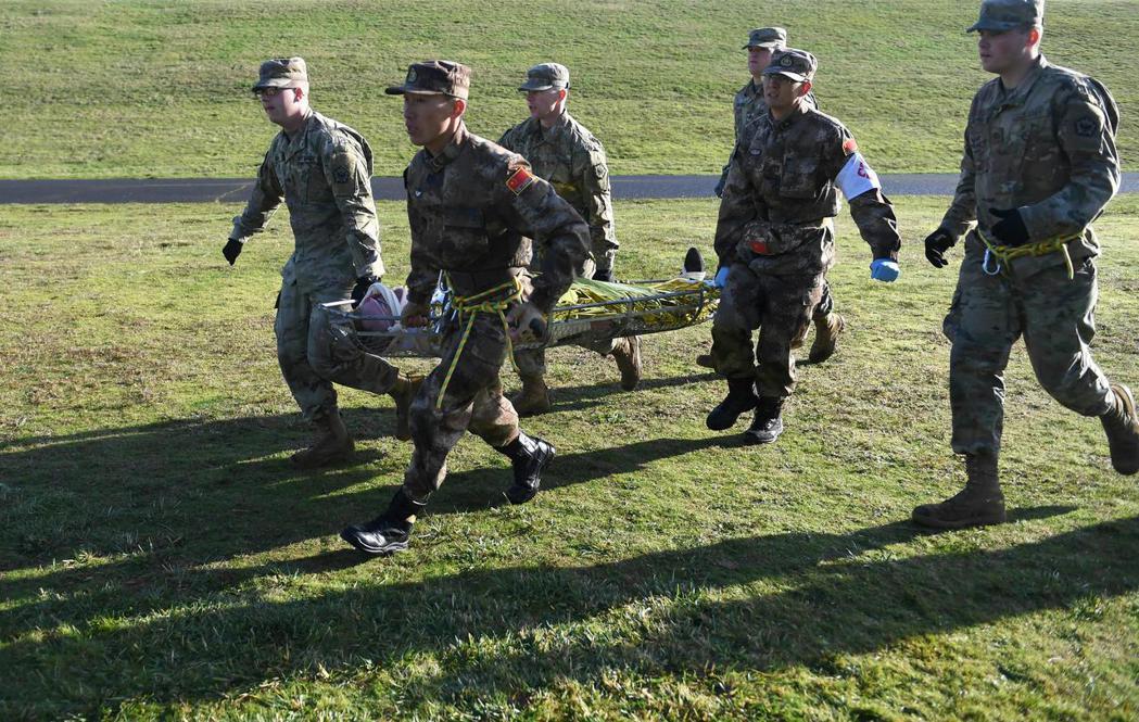 中美兩軍參演人員一同運送「傷兵」。 新華社