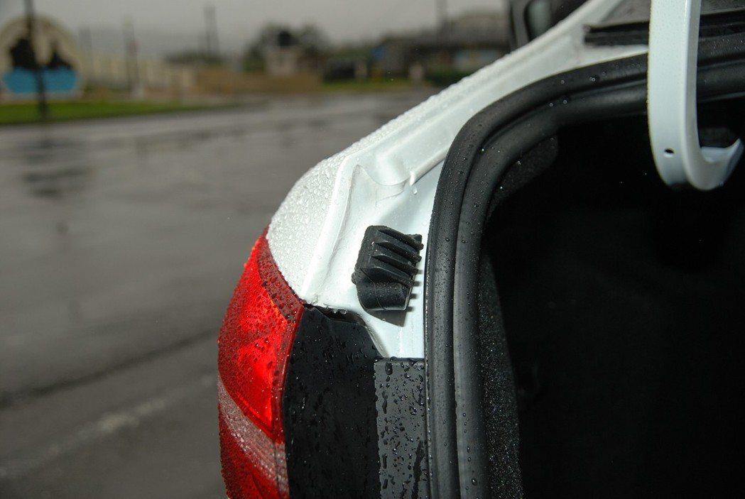 行李箱尾門也有緩衝橡膠設計。 記者林鼎智/攝影