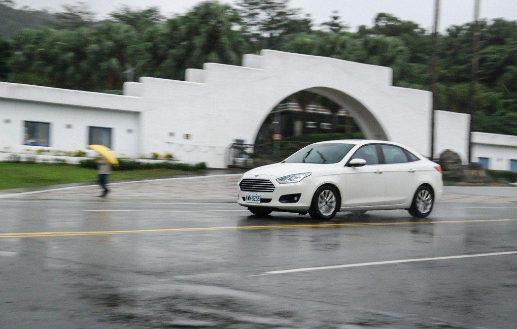 在試駕 Ford Escort 的過程中,記者認為這具 1.5 升引擎不會讓你有過「軟」的感覺,且以這級距價位來說,手自排變速箱的動力感受也相較 CVT 變速箱直接。 記者林鼎智/攝影