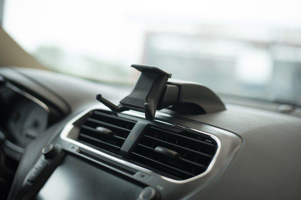 原廠選配的可攜式手機支架售價是 ,176。 Ford 提供