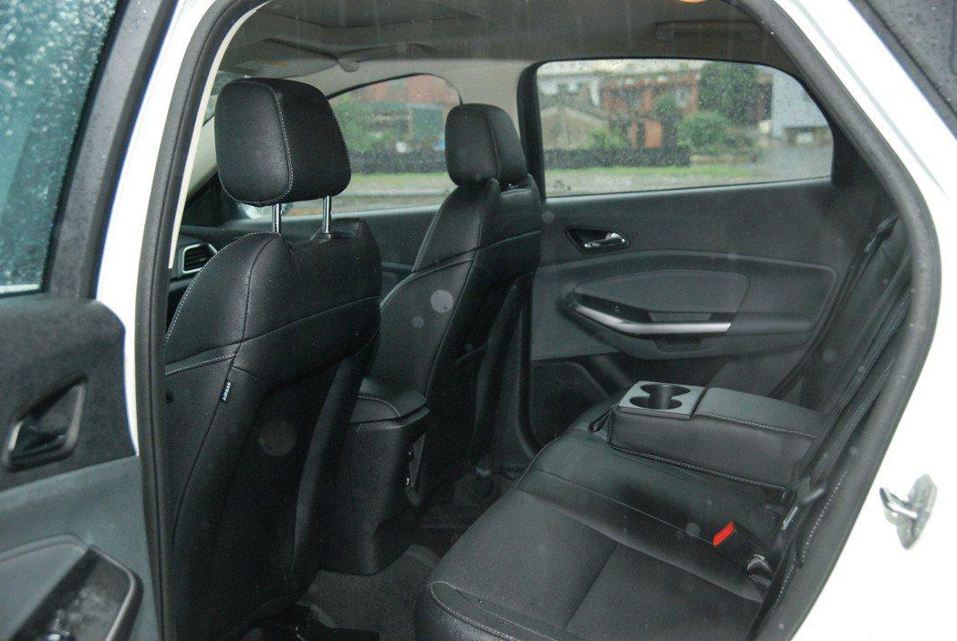 Escort 時尚型配備可傾倒座椅與後座中央扶手(附置杯架)。 記者林鼎智/攝影