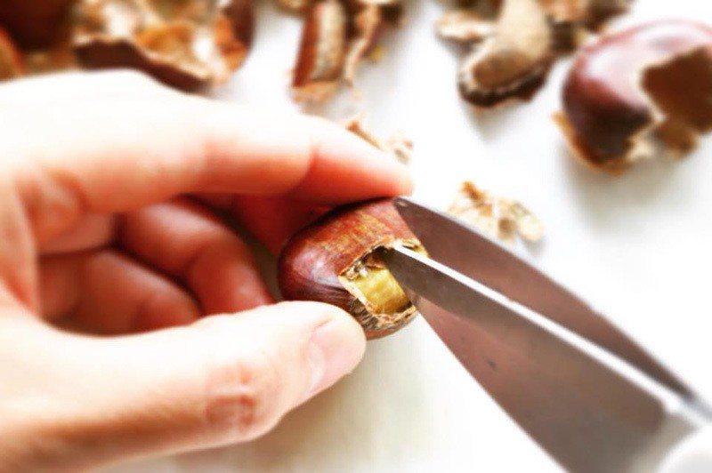 步驟3:有了空間後,用剪刀在兩面殼各剪一刀。這一刀會在等下步驟4加熱後蹦開,幫助...