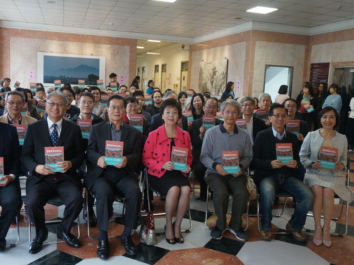 淡江大學舉辦「話說陳澄波與淡水」新書發表會,這本書翻譯成七國語言,讓外國遊客藉由...