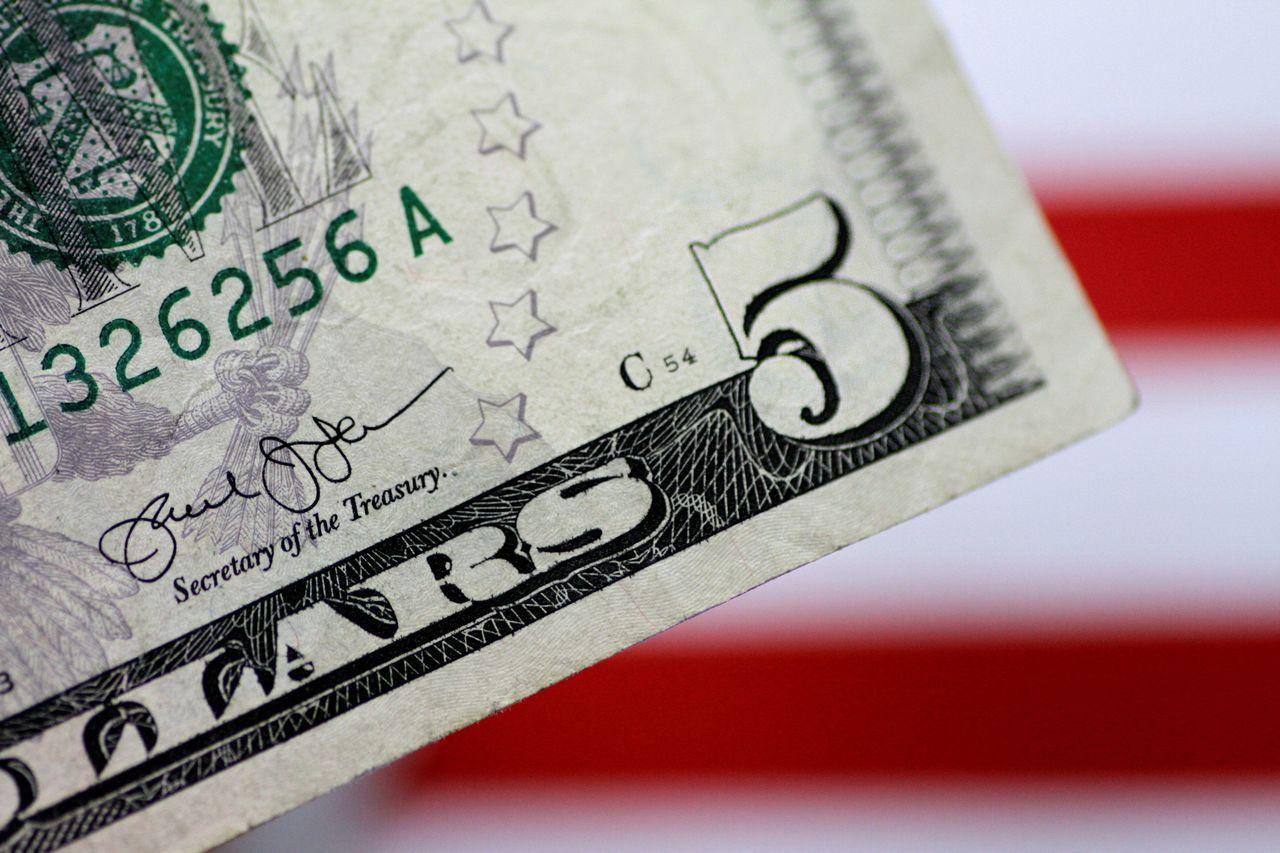 美元重挫,市場認為聯準會(Fed)會議紀錄很鴿派。(路透)