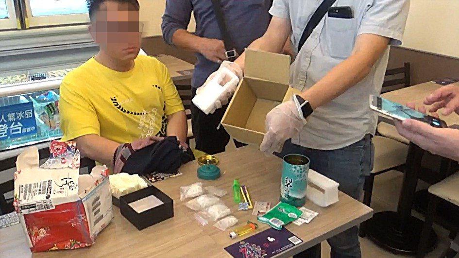 警方打開包裹一看,在包裹內的茶葉罐內起出二級安非他命4包。圖/警方提供