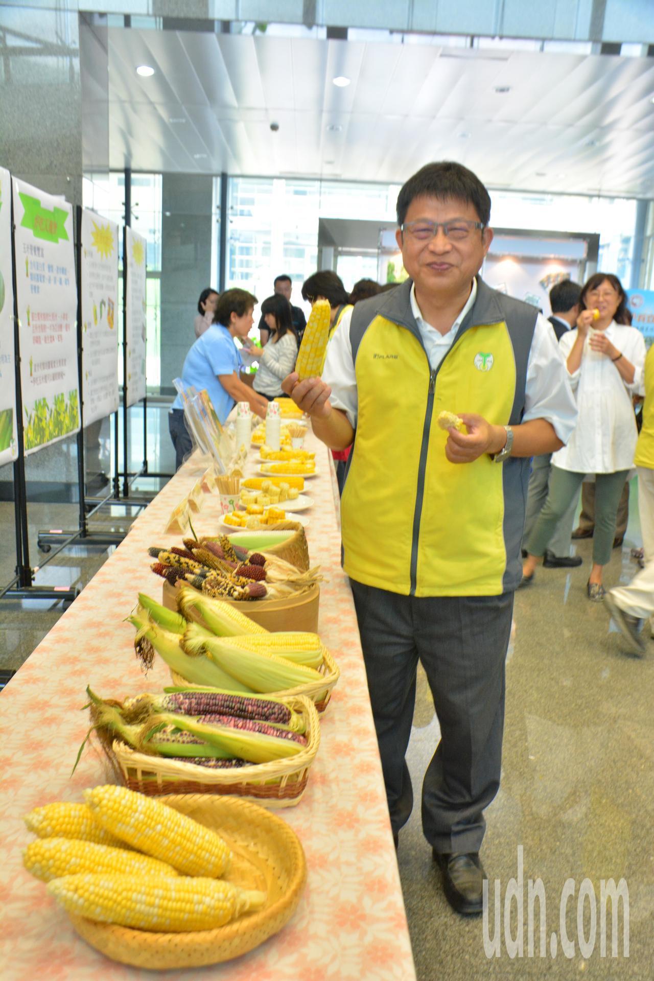 台南區農改場場長王仕賢鼓勵民眾多食用玉米。記者吳淑玲/攝影