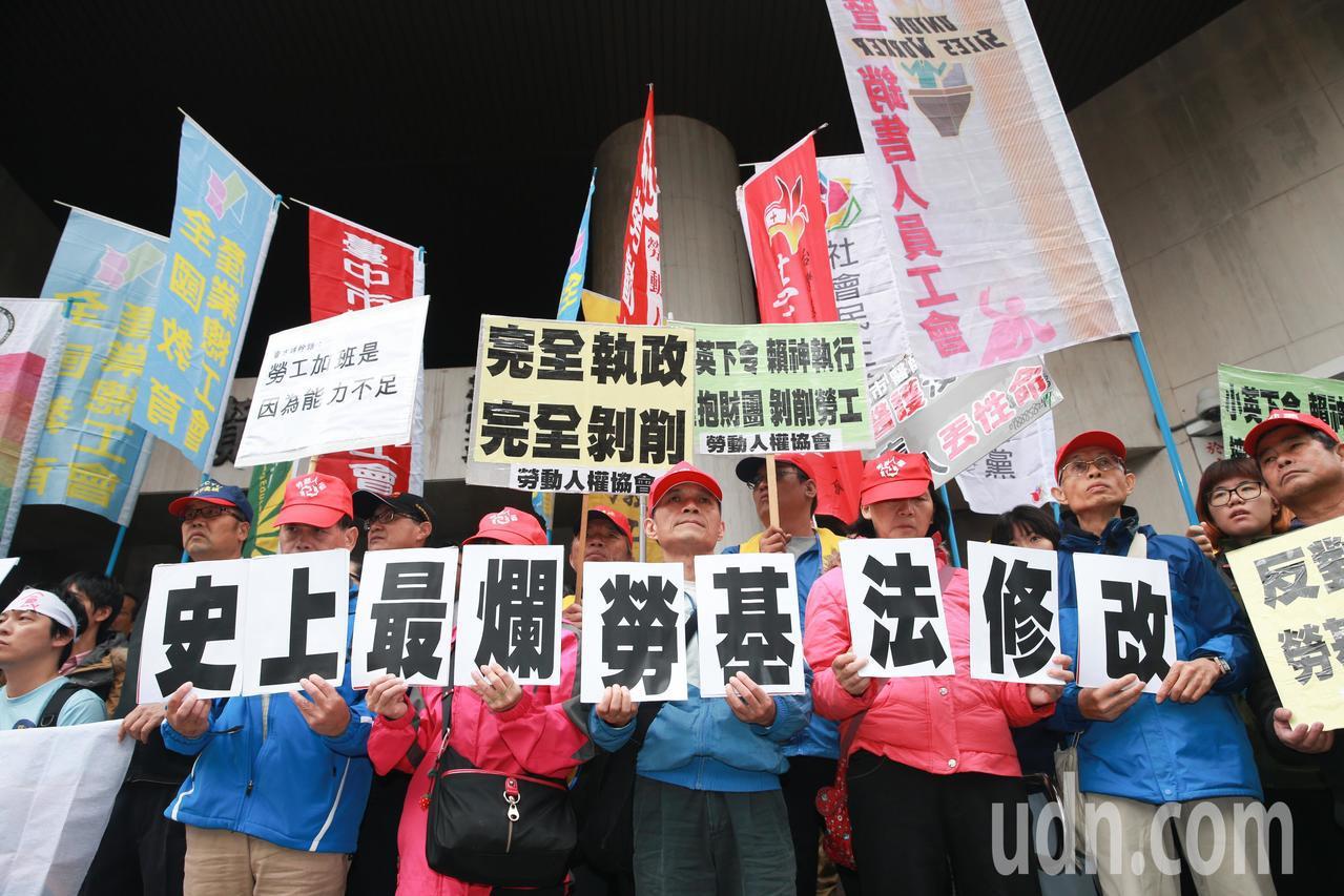 勞工團體不滿勞基法再度修法,上午號召民眾到立法院前抗議,頻頻高喊「拒絕勞基法修惡...