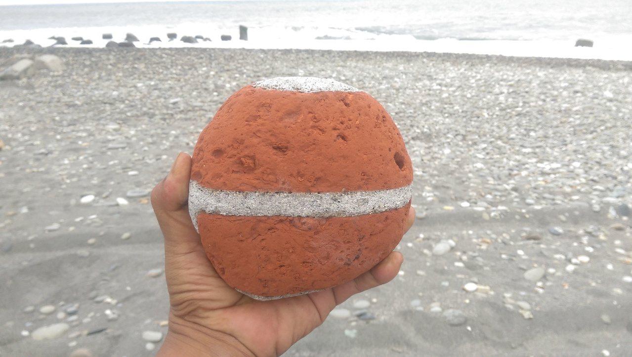 台東民眾海邊散心,撿到一顆外觀酷似籃球,也像卡通神奇寶貝球的石頭。圖/李姓民眾提...