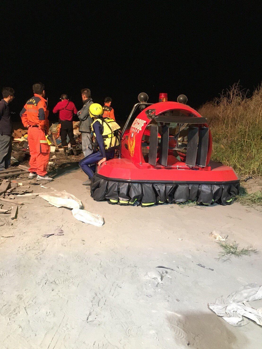 雲林濁水溪暴漲三名民眾受困,消防隊漏夜搜尋。圖/民眾提供