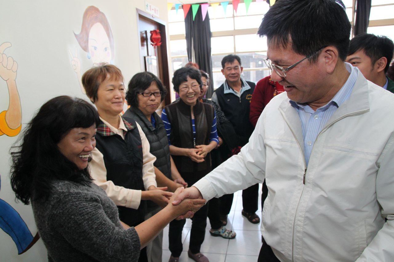 台中市長林佳龍到太平長青學苑視察時受到學員們歡迎。記者黃寅/攝影