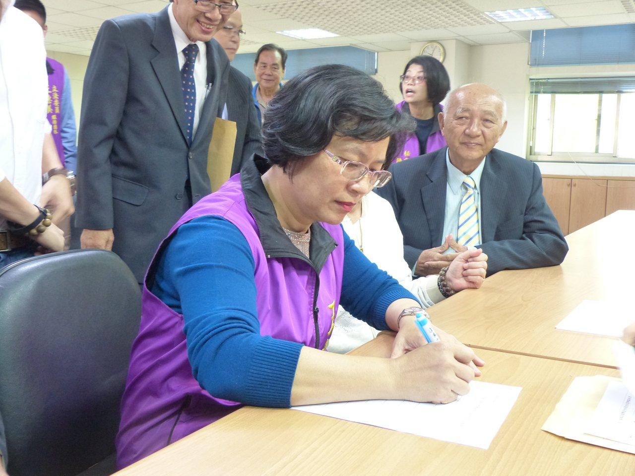 立委王惠美今天完成國民黨下屆彰化縣長黨內初選登記。記者劉明岩/攝影