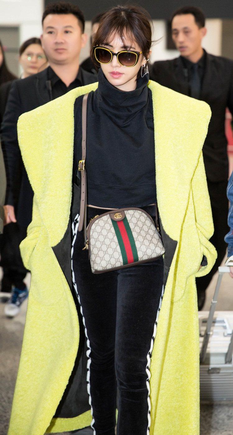 蔡依林背帶Gucci Ophidia綠紅綠織帶肩背包。圖/Gucci提供