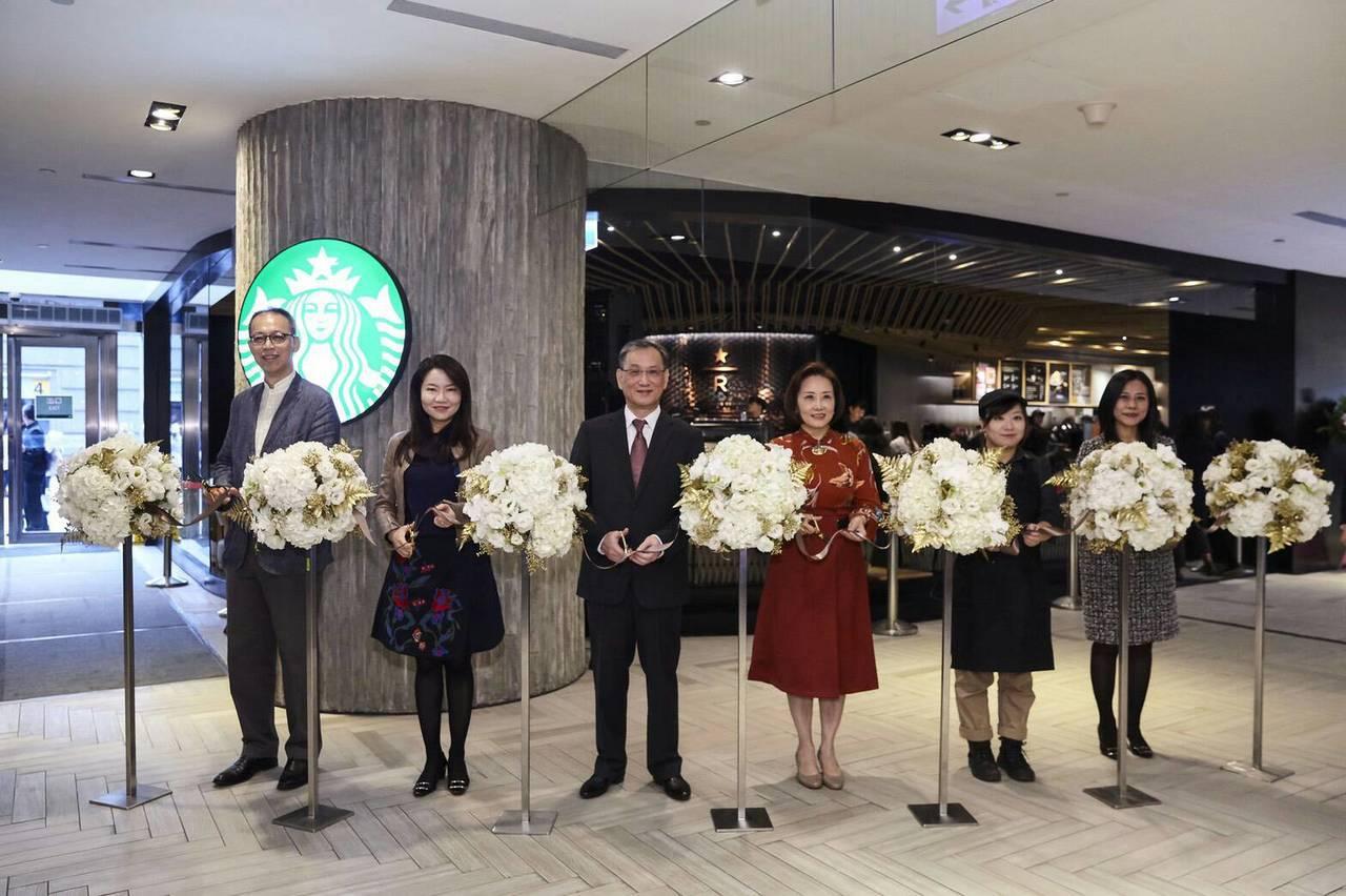 精品咖啡再進化,全台首家星巴克摩登典藏吧台門市台北101開幕。
