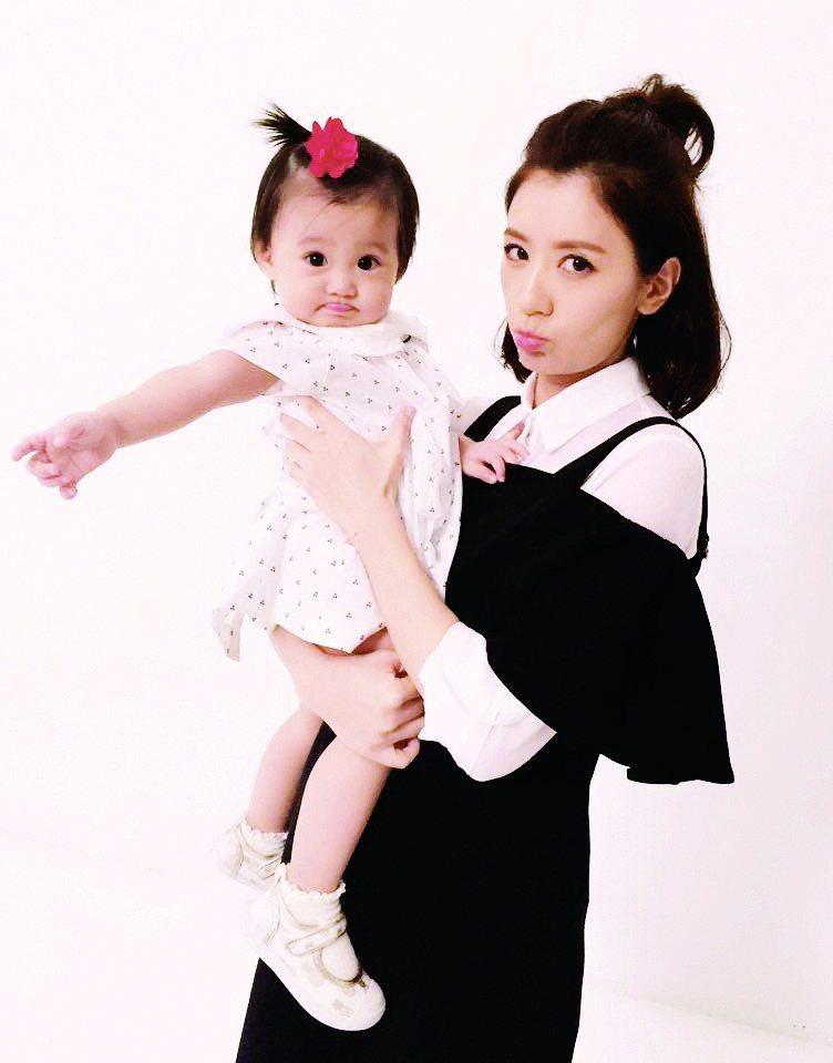 賈靜雯與女兒咘咘。圖/時報文化提供