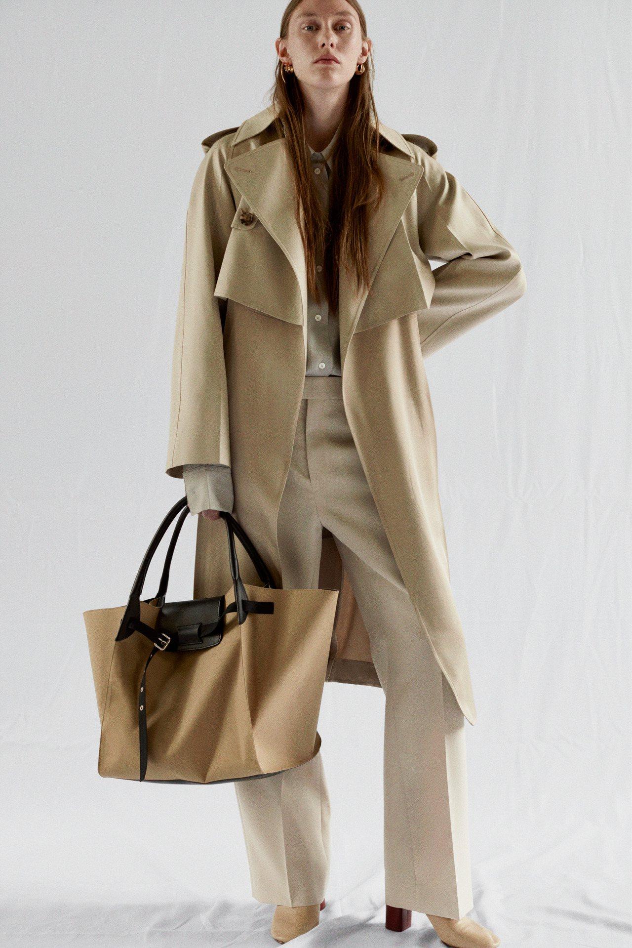 CÉLINE 2018早春乳棕色經典款風衣,售價12萬5,000元。圖/CÉLI...