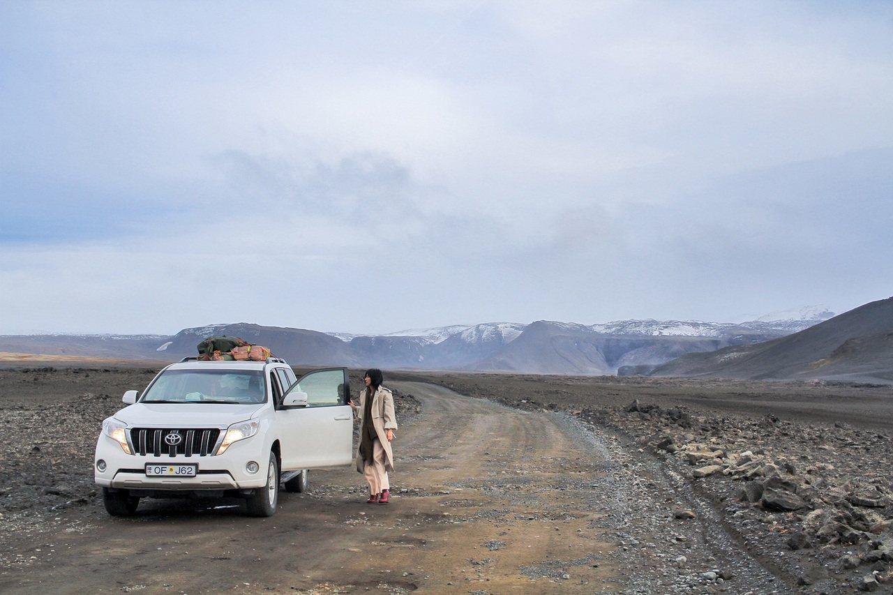 《風衣》MV遠赴冰島拍攝,孫燕姿穿著CÉLINE乳棕色經典款風衣。圖/取自搜狐