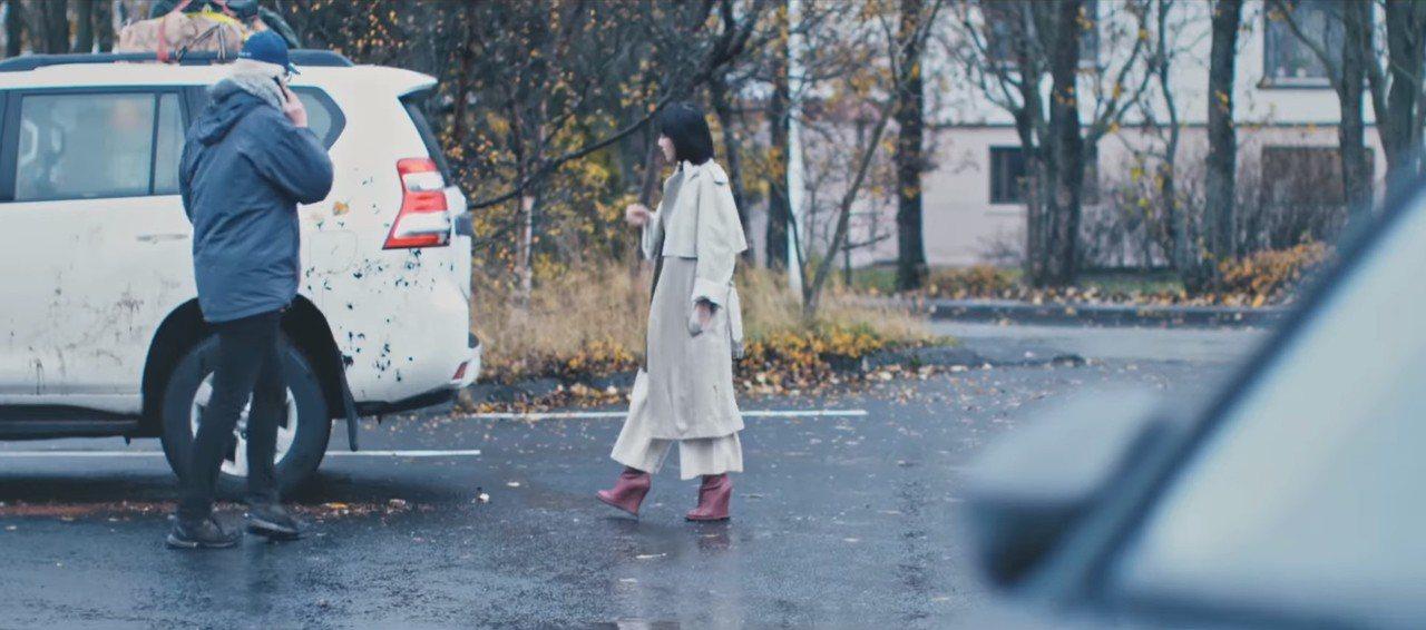 孫燕姿在《風衣》MV中穿著CÉLINE乳棕色經典款風衣。圖/CÉLINE提供