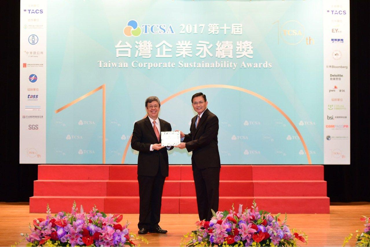 南亞科技今日獲得台灣企業永續獎三個獎項,由總經理李培瑛(右)出席領奬。南亞科技/...