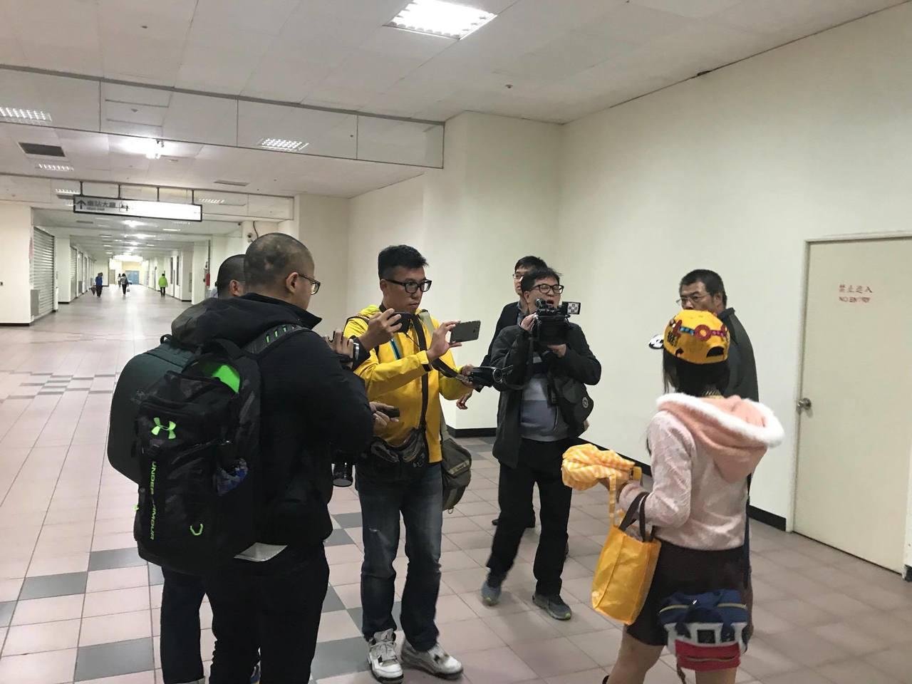 婚宴鬧場女(右下)昨前往立委黃國昌在汐止的服務處,經過安撫後前往火車站搭車離去。...