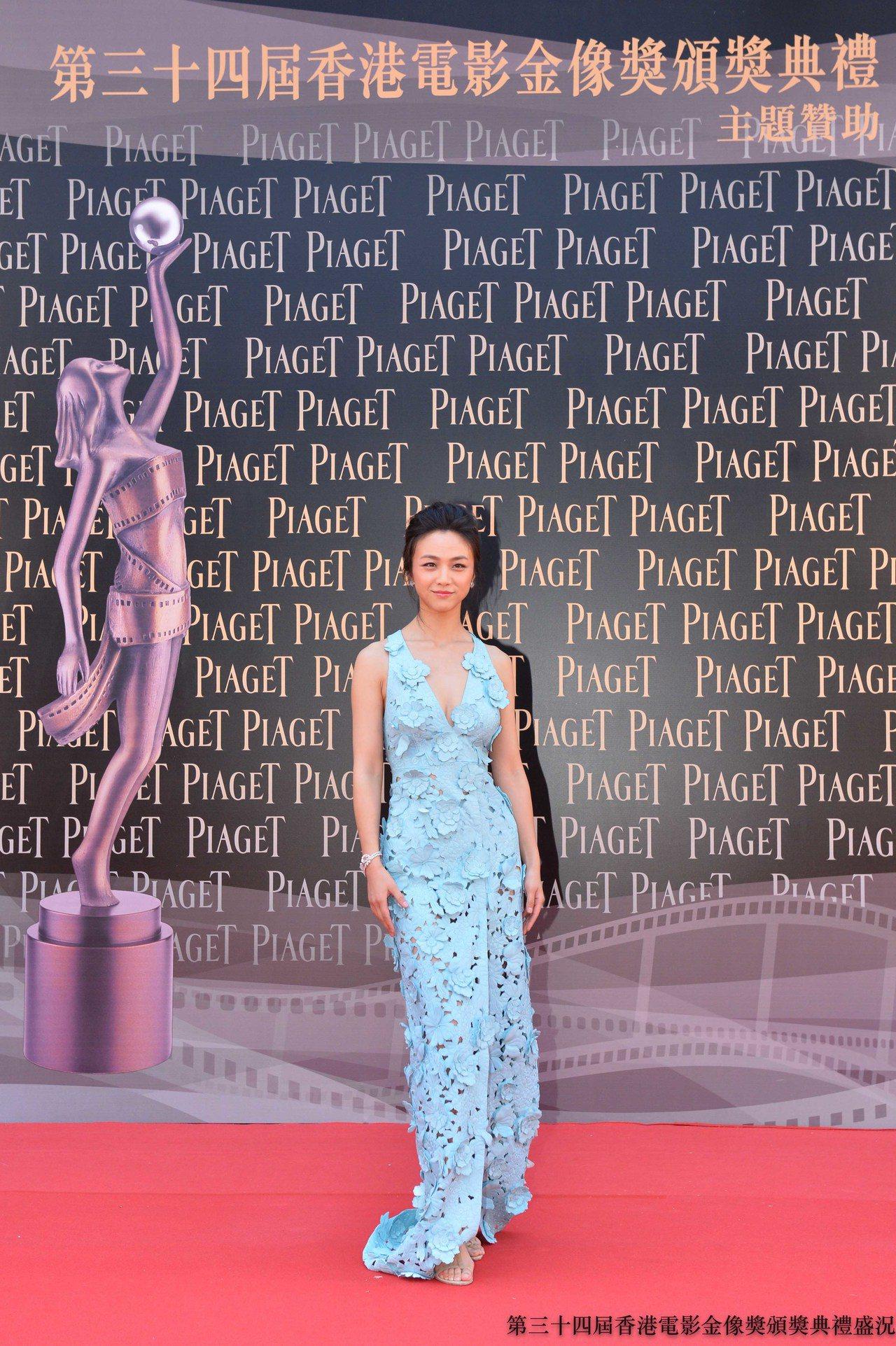 金馬獎得主湯唯配戴伯爵珠寶出席2015年第34屆香港電影金像獎頒獎典禮紅地毯。圖...