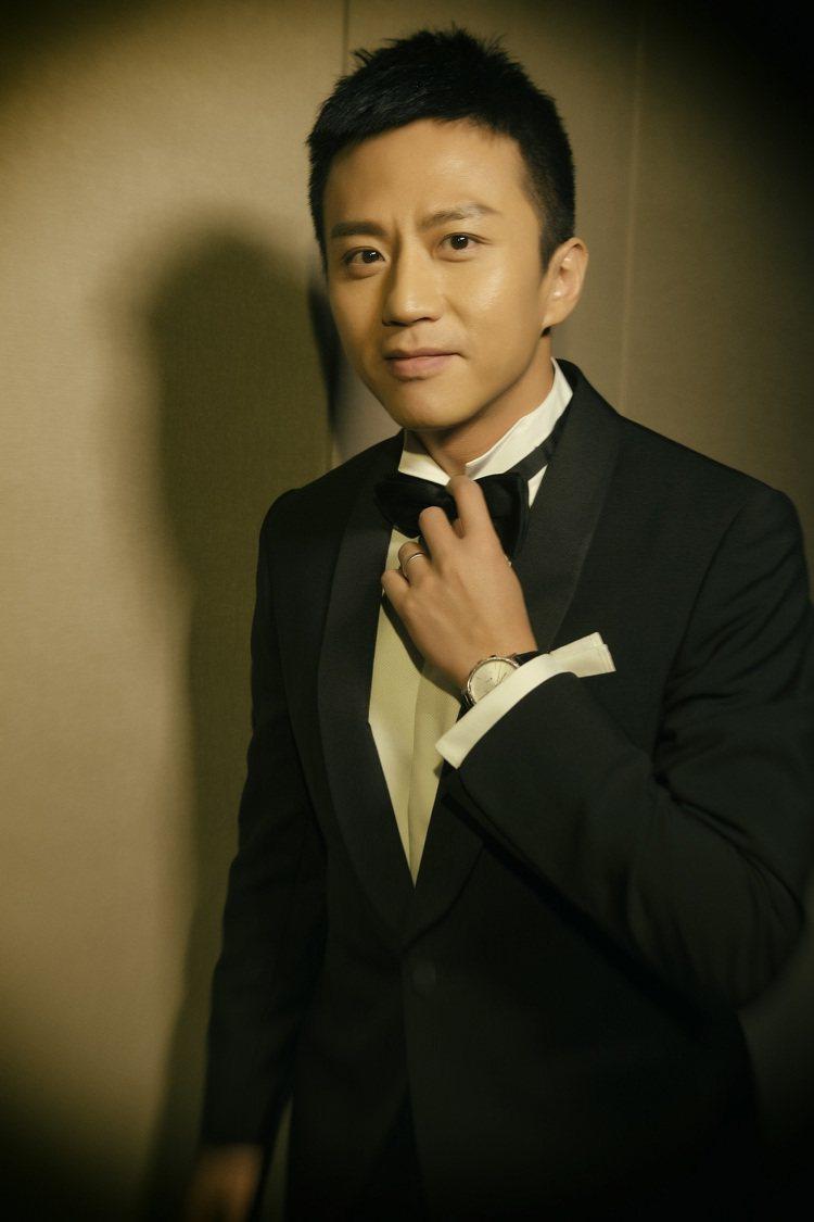 影帝鄧超配戴伯爵勇奪的52 屆金馬獎最佳男主角。圖/伯爵提供