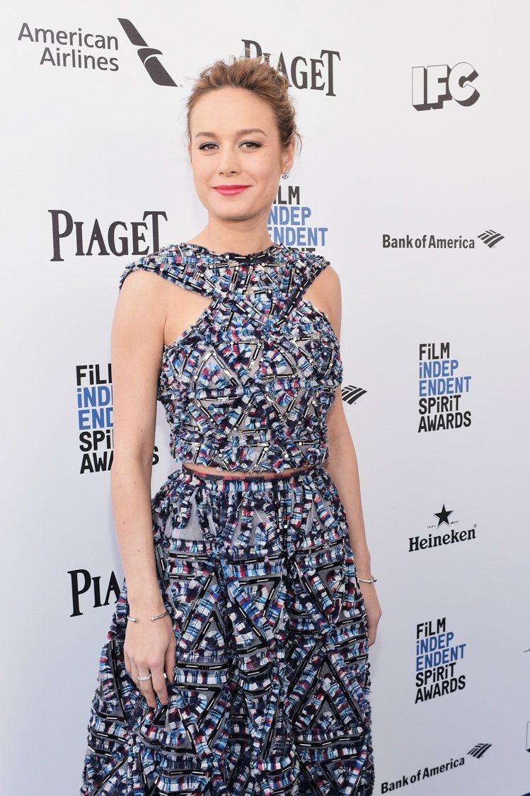 2016年奧斯卡影后Brie Larson出席當年美國獨立精神獎配戴伯爵珠寶。圖...